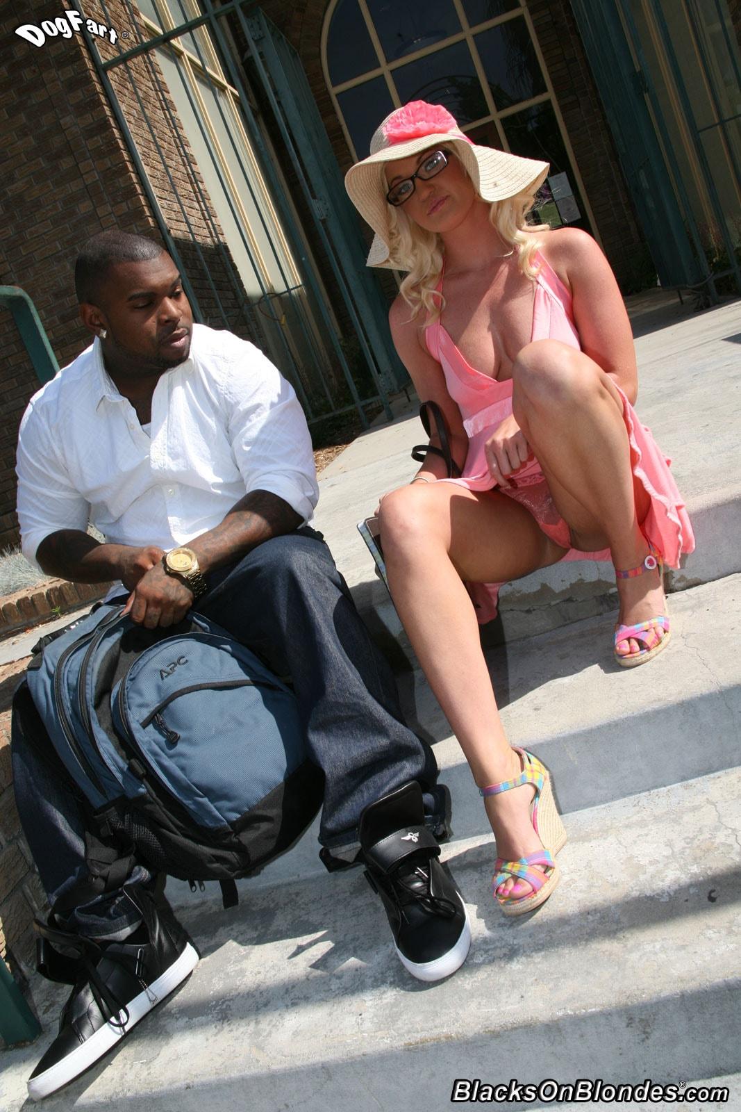 Черная соблазняет блондинку 14 фотография