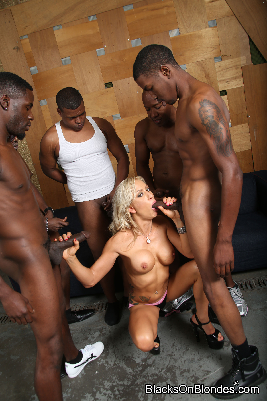 porno-pyat-negrov-i-blondinka