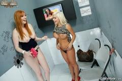 Slutty Freundinnen Lauren Phillips und Sara St Clair behandeln eine fette BBC durch Gloryhole